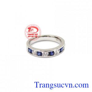 Sapphire thiên nhiên là biểu tượng của tri thức, sự lãnh đạo sáng suốt và trung thực,Nhẫn nữ Sapphire xanh