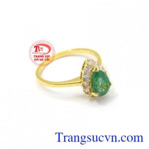 Nhẫn vàng Emerald thiên nhiên là một món quà vô cùng ý nghĩa để dành tặng cho người thương của mình vào những dịp đặc biệt.