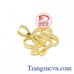 Mặt dây chữ ĐP được chế tác từ vàng tây 10k sáng bóng.