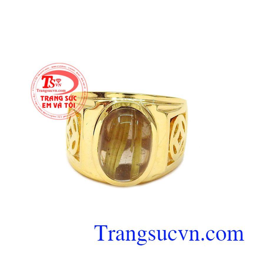 Nhẫn nam thạch anh tóc tài lộc được chế tác từ vàng tây 14k bền đẹp, sáng bóng.