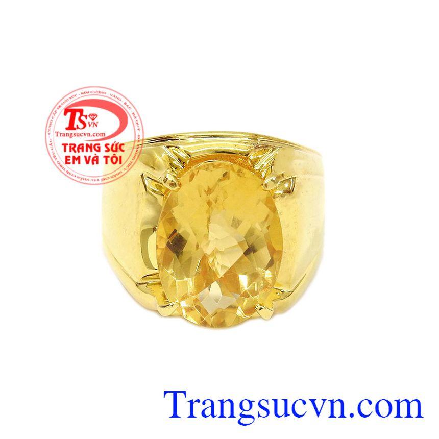 Nhẫn nam thạch anh vàng đẹp được thiết kế với phong cách đơn giản nhưng mạnh mẽ.