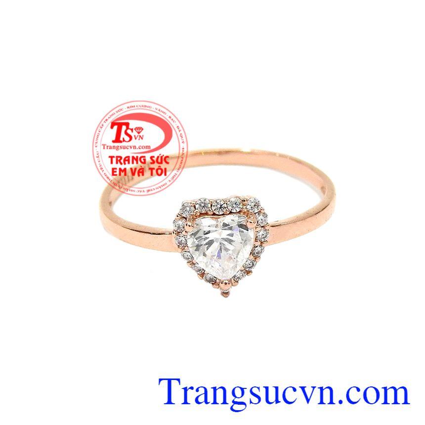 Nhẫn trái tim dễ thương vàng hồng được chế tác từ vàng hồng 10k và đá cz lấp lánh.