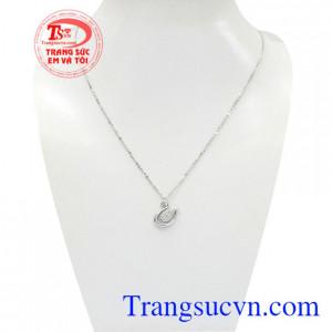 Dây chuyền nữ vàng trắng thiên nga là sản phẩm được nhập khẩu từ Korea chất lượng.