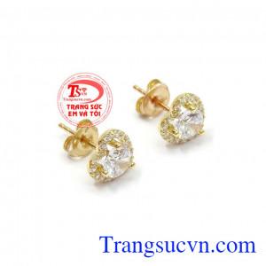 Hoa tai vàng trái tim với thiết kế độc đáo được gắn đá đẹp, hài hòa mang lại vẻ đẹp duyên dáng nữ tính cho chủ nhân,Hoa tai vàng trái tim