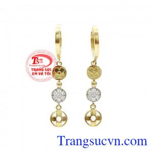 Hoa tai vàng Van Cleef Arpels được thiết kế tinh tế, kết hợp giữa vàng tây 10k và kiểu dáng từ thương hiệu Van Cleef Arpels đẳng cấp sang trọng tạo điểm nhấn cho sản phẩm,Hoa tai vàng Van Cleef Arpels
