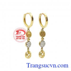 Hoa tai dạng dài, nữ tính và dễ kết hợp với nhiều loại trang phục,Hoa tai vàng Van Cleef Arpels