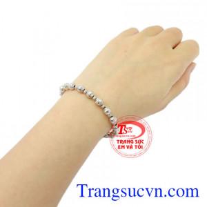Lắc tay nữ vàng trắng cá tính tôn lên vẻ xinh xắn nhưng cũng không kém phần cá tính.