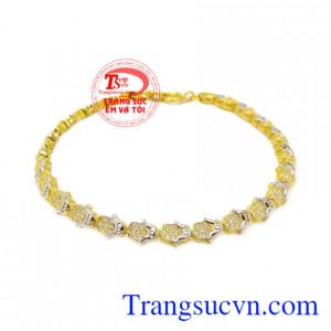 Lắc tay vàng nữ xinh xắn là sản phẩm được chế tác tinh xảo, bắt mắt.