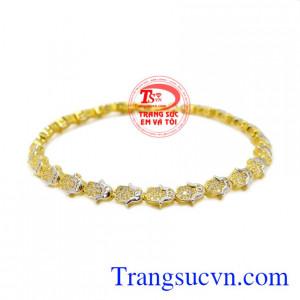 Lắc tay vàng nữ xinh xắn phù hợp với những cô nàng yêu thích sự đáng yêu, xinh xắn.