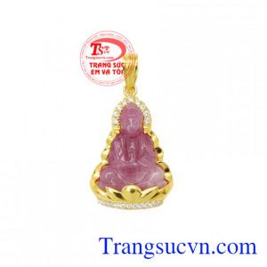 Mặt dây quan âm ruby an lành là sản phẩm được chế tác từ đá ruby thiên nhiên và vàng 14k.