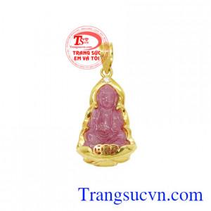Mặt dây quan âm ruby bình an là sản phẩm phong thủy mang đến sự may mắn, bình an cho gia chủ.