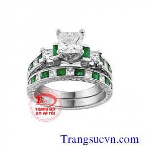 Nhẫn cưới gắn đá emeral thiên nhiên