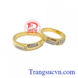 Nhẫn cưới hạnh phúc mãi mãi được chế tác từ vàng 10k chất lượng.
