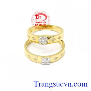 Nhẫn cưới vàng bên nhau trọn đời mang lại niềm hạnh phúc cho tình yêu lứa đôi.