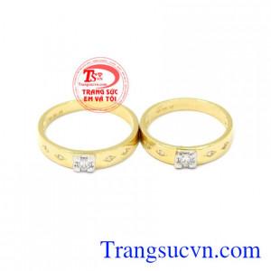 Nhẫn cưới vàng bên nhau trọn đời được thiết kế tinh tế, đường nét sắc xảo.
