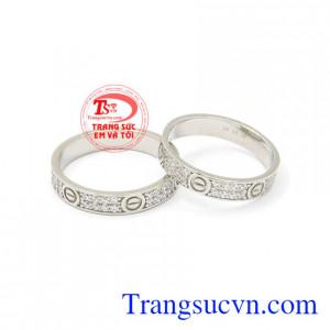 Nhẫn cưới vàng trắng Cartier là sản phẩm hiện đang được nhiều người yêu thích và lựa chọn.