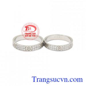 Nhẫn cưới vàng trắng Cartier với thiết kế sang trọng, hiện đại mang đến hạnh phúc viên mãn.