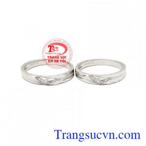 Nhẫn cưới vàng trắng tinh tế là sự kết nối yêu thương giữa hai con người xa lạ.
