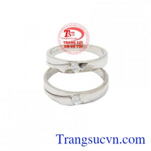 Nhẫn cưới vàng trắng xinh xắn bảo hành uy tín.