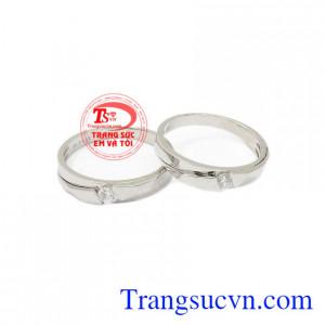 Nhẫn cưới vàng trắng xinh xắn là sản phẩm được nhập khẩu từ Korea, chế tác tinh tế từ vàng 10k.