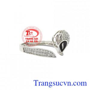 Nhẫn hồ ly khéo léo được chế tác từ vàng trắng kết hợp với đá cz tạo cho sản phẩm thêm vẻ lấp lánh, cuốn hút.