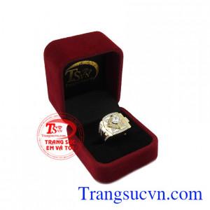 Sản phẩm chế tác vàng 10k kết hợp với đá cz tạo điểm nhấn cho chiếc nhẫn. Nhẫn nam thời trang phong cách