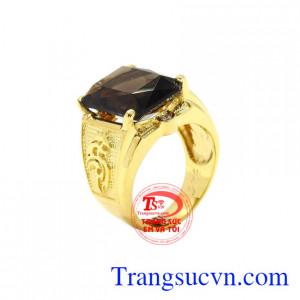 Nhẫn nam vàng thạch anh khói đẹp được chế tác, chạm khắc tinh xảo, đẹp mắt.