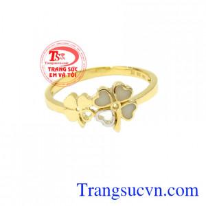 Nhẫn nữ cỏ bốn lá yêu thương chế tác từ vàng tây 10k sáng bóng, bền đẹp.