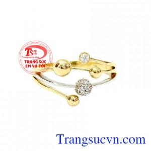 Nhẫn nữ thời trang độc đáo là sự kết hợp giữa vàng màu và vàng trắng.