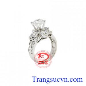 Nhẫn nữ vàng trắng kim cương đẹp được chế tác tỉ mỉ từ kim cương thiên nhiên ở viền nhẫn.