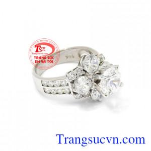 Nhẫn nữ vàng trắng kim cương đẹp là món quà trị giá dành cho người thương, người thân.
