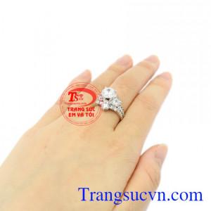 Nhẫn nữ vàng trắng kim cương đẹp xinh xắn.