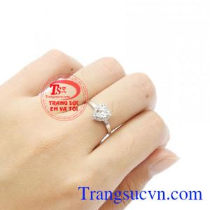 Nhẫn nữ trái tim thích hợp làm quà tặng cho người phụ nữ của bạn. Nhẫn trái tim dễ thương vàng trắng