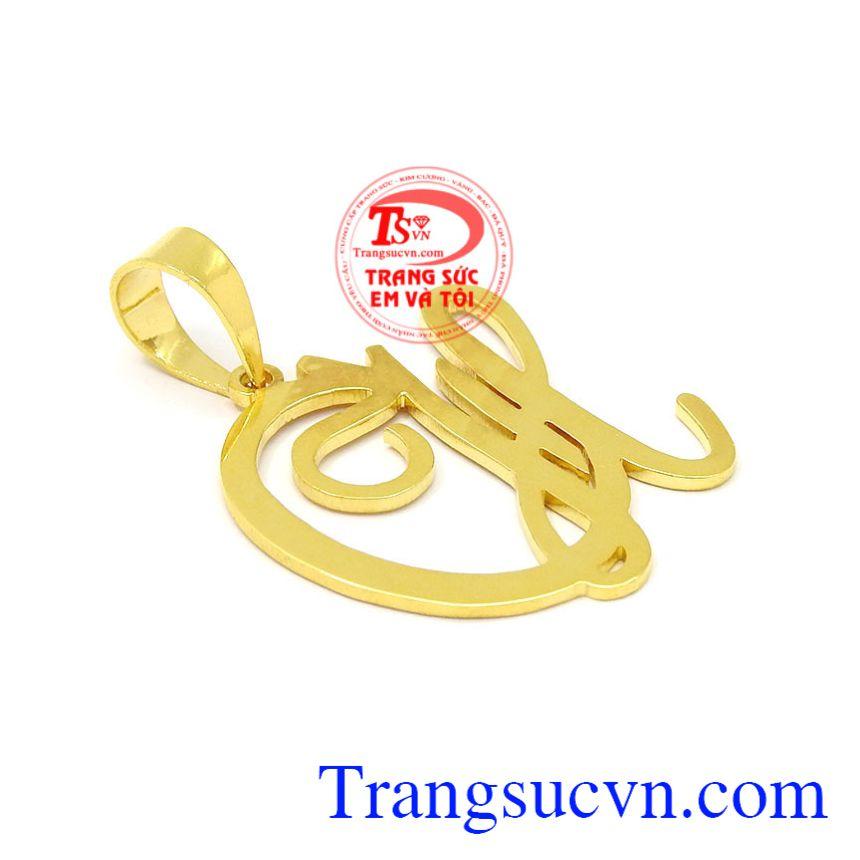 Mặt dây vàng chữ CH sáng bóng đem lại vẻ tinh tế, xinh xắn cho phái nữ.