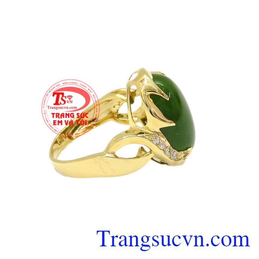 Sản phẩm kết hợp cùng ngọc nephrite càng tăng thêm độ sang trọng. Nhẫn vàng nephrite sang trọng