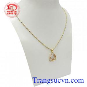 Bộ dây vàng nữ quý phái dễ dàng kết hợp với nhiều trang phục và phong cách khác nhau, càng tôn lên sự dịu dàng, nữ tính và trẻ trung cho người đeo
