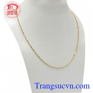 Dây chuyền nữ vàng tây phong cách với thiết kế độc đáo kết hợp giữa vàng trắng và vàng màu mang lại nét cá tính, thời trang và phong cách cho phái đẹp