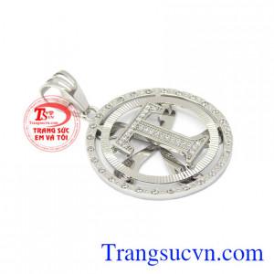 Mặt dây nam chữ T vàng trắng là sản phẩm được nhiều phái mạnh yêu thích.
