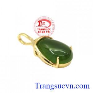 Mặt dây nephrite thiên nhiên sang trọng được kết hợp từ vàng tây 14k và ngọc nephrite thiên nhiên.