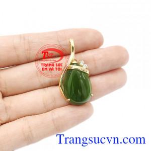 Ngọc nephrite hợp phong thủy, thích hợp với mệnh hỏa và mộc. Mặt dây nephrite thiên nhiên sang trọng