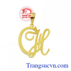 Mặt dây vàng chữ CH là sản phẩm được chế tác 3D, đường nét tinh xảo.