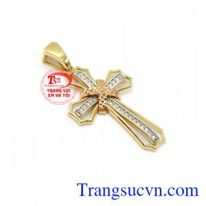 Mặt thánh giá vàng bình an 18k phù hợp đeo với nhiều loại dây chuyền khác nhau mang lại sự hài hòa và phong cách cho người đeo