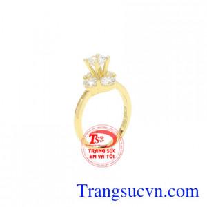 Nhẫn nữ vàng ấn tượng được chế tác từ vàng 18k chất lượng, sang trọng.