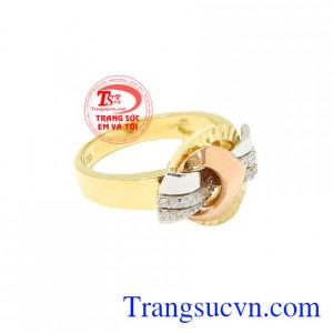 Nhẫn nữ vàng thời thượng xinh xắn, được nhiều người lựa chọn.