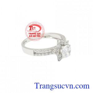Nhẫn nữ vàng trắng ngôi sao lấp lánh tôn lên vẻ trẻ trung, tinh tế.