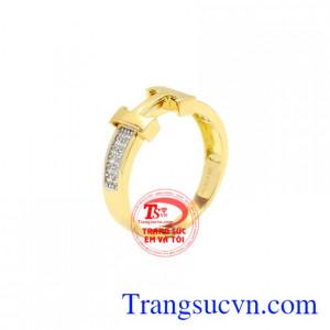 Nhẫn vàng chữ H đẹp được thiết kế độc đáo, tinh tế.