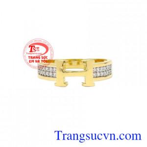 Nhẫn vàng chữ H đẹp vàng 18k được chế tác 3D với đường nét tinh xảo, chất lượng.