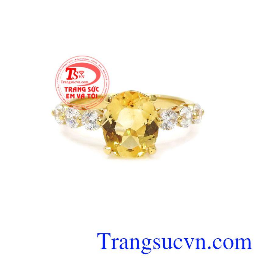 Nhẫn nữ vàng thạch anh vàng không chỉ là món trang sức làm đẹp mà còn mang lại nhiều may mắn cho người đeo.