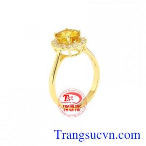 Nhẫn nữ Sapphire vàng nổi bật được nhiều người yêu thích và chọn lựa.