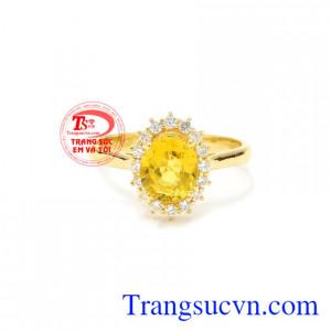Nhẫn nữ Sapphire vàng nổi bật đeo hợp thời trang, xinh xắn.